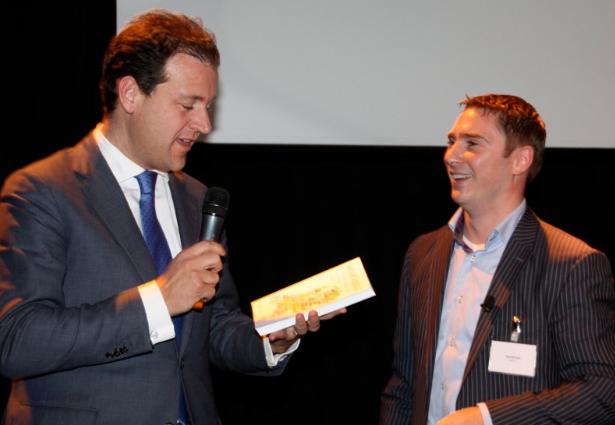Lodewijk Asscher complimenteert David Kok en de andere auteurs